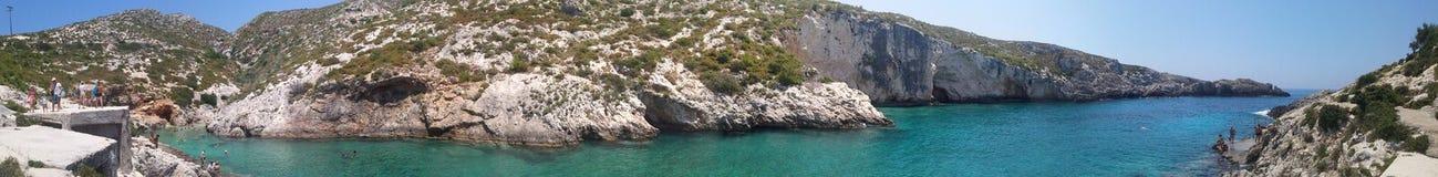 La maggior parte di bella spiaggia rocciosa immagini stock