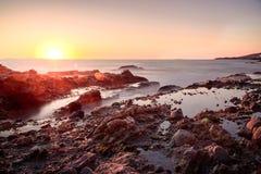 La magia costiera con serico liscia le onde fotografia stock libera da diritti