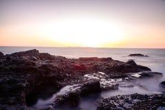 La magia costiera con serico liscia le onde fotografia stock