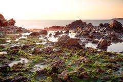 La magia costiera con serico liscia le onde fotografie stock libere da diritti