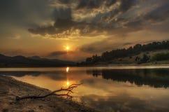 La magia de la puesta del sol sobre el lago Foto de archivo