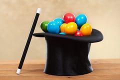 La magia de pascua - huevos coloridos en sombreros del mago Imagen de archivo