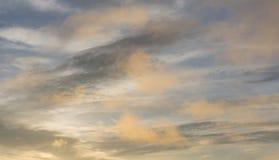 La magia del cielo y de las nubes en la parte 2 del fondo de la puesta del sol fotos de archivo libres de regalías