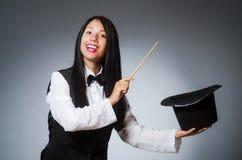 La magicienne de femme dans le concept drôle photo libre de droits