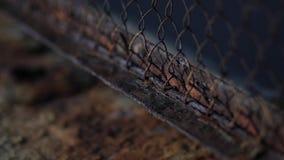 La maglia del recinto è coperta di corrosione della ruggine di metallo video d archivio
