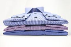 La maglietta degli uomini piegata su fondo Fotografia Stock