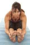 La magra di allungamento della donna trasmette la forma fisica Fotografia Stock