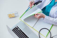 La main écrivant la prescription médicale dans l'ordinateur Image libre de droits
