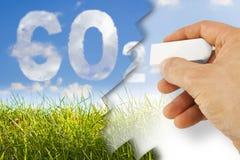 La main élimine le CO2 - image de concept contre une herbe sauvage verte sur s Photo libre de droits