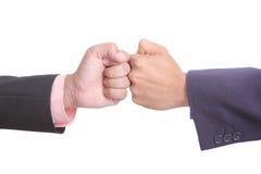 La main émouvante de deux hommes d'affaires incluent le chemin de coupure Image libre de droits