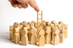 La main étire l'échelle à un groupe de figures humaines Échelle de carrière Promotion au travail, affaires, autodéveloppement images stock