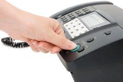 La main appuie sur le bouton de fax images stock