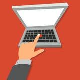 La main appuie sur le bouton rouge sur l'ordinateur portable Photo libre de droits