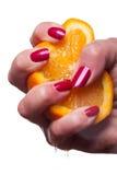 La main avec des ongles manucurés a peint un rouge brillant profond photos libres de droits