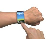 La main avec le smartwatch et le doigt touchent l'écran coloré Photo libre de droits