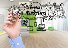 La main avec le stylo et le marketing numérique noir gribouille contre le bureau trouble Image libre de droits