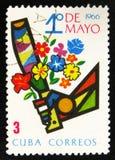 La main avec la machette a consacré aux travailleurs le jour 1er le mai, vers 1966 Photographie stock