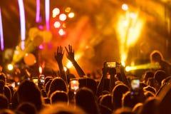 La main avec un smartphone enregistre le festival de musique en direct photo libre de droits