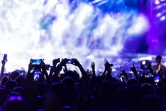 La main avec un smartphone enregistre le festival de musique en direct photos libres de droits