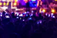 La main avec un smartphone enregistre le festival de musique en direct photographie stock