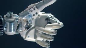 La main bionique déplace son pouce, produstion cybernétique banque de vidéos