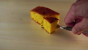 La main casse un morceau de gâteau avec une fourchette banque de vidéos