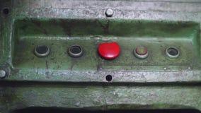 La main caucasienne du ` s d'homme pousse le bouton rouge de la vieille machine en métal banque de vidéos