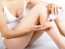 la main crème frotte la peau Photos libres de droits