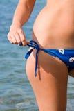 La main délie le bikini Photo libre de droits