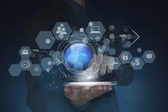 La main d'affaires avec des icônes d'application réseau connectent et de globes Photos stock