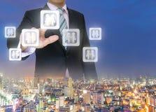 La main d'affaires poussant un bouton se serrent la main sur un écran tactile Images stock