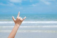 La main d'amour de plage signent plus de le fond bleu de mer et de ciel, l'été TR Images libres de droits