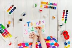 La main d'enfant écrit en mot d'album Photo libre de droits