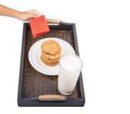 La main d'enfants offre le lait, biscuits pour Santa VI Image libre de droits