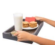 La main d'enfants offre le lait et des biscuits pour Santa I Images libres de droits
