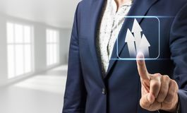 La main d'homme d'affaires touche les flèches blanches utiles Image libre de droits