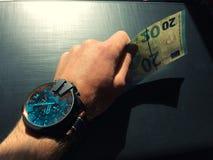 La main d'homme blanc tient un billet de banque photographie stock libre de droits