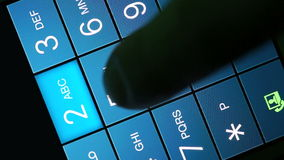 La main d'homme compose un numéro de téléphone