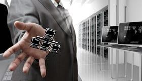 La main d'homme d'affaires affiche le graphisme de réseau du Pixel 3d Photo stock