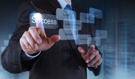 La main d'homme d'affaires montre le diagramme de réussite commerciale Photo stock