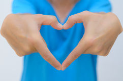 La main d'homme dans la forme de coeur atteignent à l'extérieur Photos libres de droits