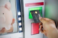 La main d'homme met la carte de crédit dans l'atmosphère Photo libre de droits