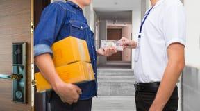 La main d'homme tient l'argent américain et le salaire du dollar pour l'ord de paquet Images stock