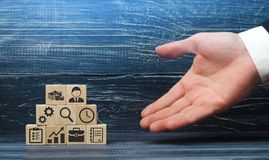 La main d'un homme d'affaires présente une recette des éléments et des attributs d'affaires pour des affaires réussies photographie stock libre de droits