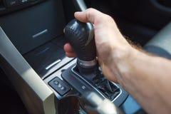 La main d'un homme sur une boîte de vitesse automatique Transmission automatique de décalage photos libres de droits