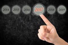 La main d'une jeune fille indique les schémas 2017 photographie stock