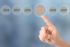 La main d'une jeune fille indique les schémas 2017 beaux opposés photos stock