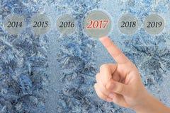 La main d'une jeune fille indique les schémas 2017 beaux opposés photos libres de droits
