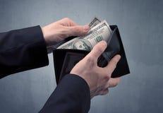 La main dans le costume sort le dollar du portefeuille Images libres de droits