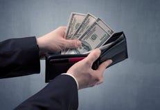 La main dans le costume sort le dollar du portefeuille Image libre de droits